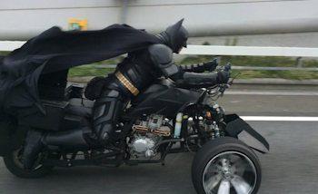 Batman se balade sur l'autoroute de Chiba au Japon