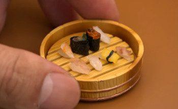 Insolite: Un japonais cuisine des mini plats avec des mini ustensiles